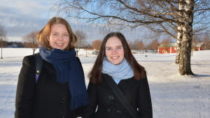 två unga kvinnor i snö