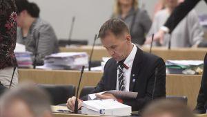 Sannfinländaren Mika Niikko motsätter sig homoäktenskap av religiösa orsaker.