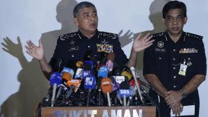 Malaysias rikspolischef  Khalid Abu Bakar säger att de gripna, misstänkta kvinnorna var väl medvetna om att de handskades med ett gift
