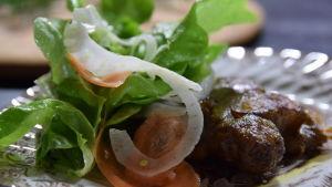 Portion med grillad T-bone steak med jordärtskocka och svampsmör