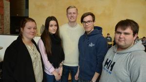 De här studerandena vid Åbo Akademi i Vasa ser valkompasser som riktgivande när det gäller att hitta rätt kandidat.