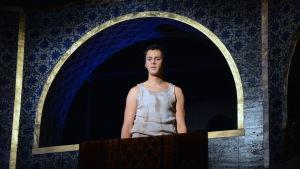 Aladdin spelas av Markus Lytts, här på en balkong på scenen.