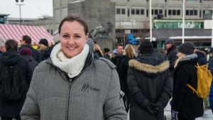 Kerstin Ögård på torget i Vasa.