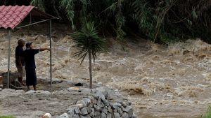 Floden Santa Eulalia svämmar över öster om huvudstaden Lima den 16 mars 2017.
