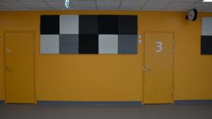 Starka färger möter patienterna i den nya sjukhusbyggnaden.