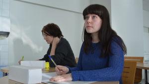 Camilla Wiklund och Johanna Hautanen, vårdstuderande på Novia i Vasa.