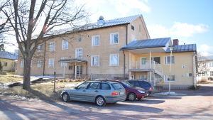 Ett rätt så stort gult hus där elever i Axxell i Karis bor på internat.