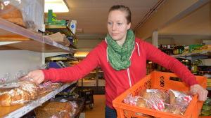 kvinna radar bakverk i butikshylla