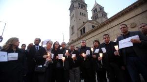 Egyptiska muslimer och kristna samlade för att hedra offren för ett bombdåd mot kristna i Kairo den den 17 december 2016.