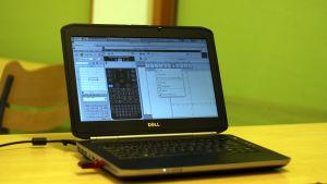 Gymnasieeleverna använder programmet Abitti för att räkna uppgifter på datorn.