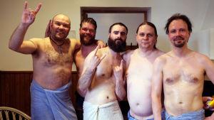 Skräckfilmsregissören Severin Eskeland poserar efter bastubadet iklädd badhandduk, tillsammans med fyra andra manliga gäster på festivalen.