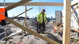 Rolf Fyhrqvist på bygget där gästhamnsservicen ska vara i Hangö.