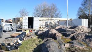 Båtgäster får ny service i Hangö gästhamn när nya moduler byggs upp.