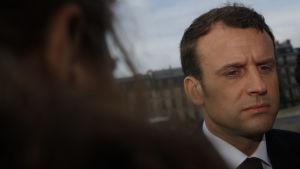 Emmanuel Macron tittar ner i marken.