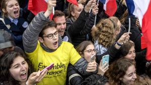 Emmanuel Macrons supportrar jublar.