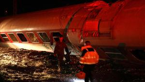 Räddningspersonal på olyckplatsen nära Thessaloniki.
