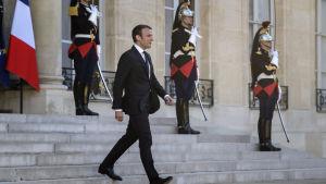 Frankrikes president Emmanuel Macron utanför Élyséepalatset i Paris 21.5.2017