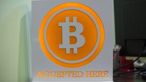 Skylt där det står att bitcoin accepteras som betalningsmedel.