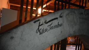 vy över murad rökkanal på Bassihusets vind. Med texten Lilla Tambor