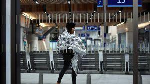 En kvinna talar i mobiltelefon på tågstationen London Bridge efter terrorattentatet i London den 3 juni 2017.
