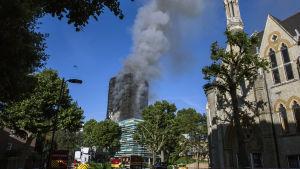 Vy över Grenfell Tower i London, som fortfarande ryker efter nattens eldsvåda.