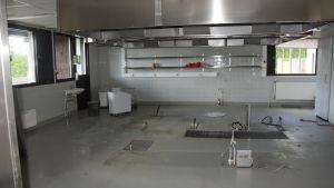 Raasepori resort efter att flyktingarna flyttat ut. Köket står tomt.