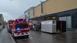 Ambulanser och brankår framför en av varuhuset Sokos lastningsbrygga.