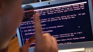 Meddelande på datorskärm efter att hårdskivan krypterats av Petya.