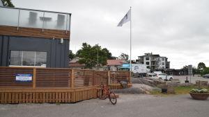 Hangö hamnkontor, puben Roxx och Regatta resorts bostäder i Östra hamnen.