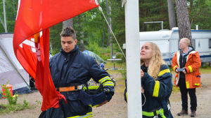 Flagghissning under brandkårslägret i Lovisa.