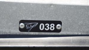 Bild av registreringsmärke för småbåtar i Hangö.