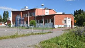En röd tegelbyggnad i Sjundeå som är den finska skolan Aleksis Kiven koulu.