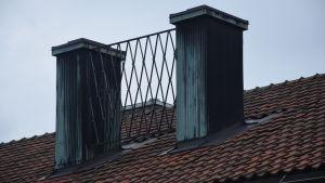 Ställningen där Karis stads vapen fanns finns på taket till Karis före detta stadshus.