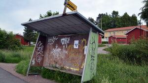 Graffiti vid en busshållplats i Hammars i Borgå.