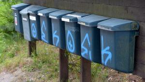 Graffiti på postlådor i Hammars.