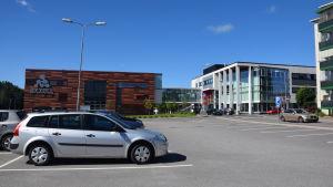 En brun och vit byggnad i Karis där utbildaren Axxell finns.