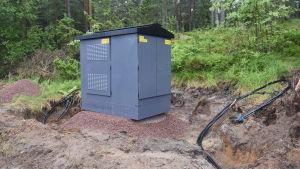 En av Carunas nya transformatorer för jordkablar. En grå låda med tak på.