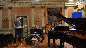 Kompositören Uljas Pulkkis, dragspelaren Janne Rättyä och pianisten och konstnärliga ledaren Henri Sigfridsson