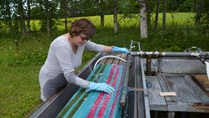 Arja Ek tvättar mattor i Söderkulla i Sibbo.