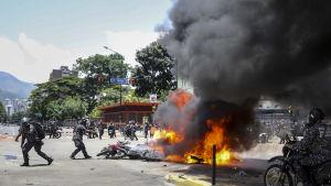Åtminstone sju poliser skadades då deras motorcykelkonvoj träffades av någon typ av sprängladdning i Caracas 30.7.2017.