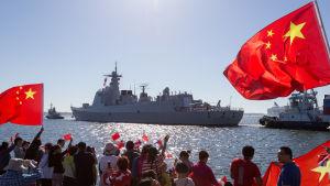 Kiinan laivaston hävittä He Feitä hinataan Katajanokan laituriin