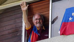 Antonio Ledezma vinkar från fönster.