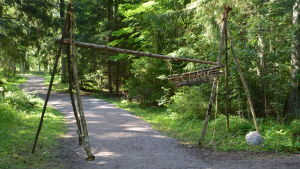 Lägerporten till scoutlägret av rep och slanor.