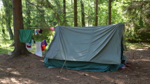 Ett tält med upphängda handdukar.