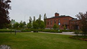 Stadshusparken i Karis. I bakgrunden Karis brankis.