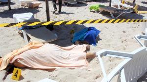 Ett offer under en duk på stranden i Sousse.