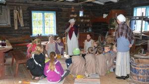 Fjärdeklassare från Merituulen koulu på Gammelgårdens tidsresa i Ingå