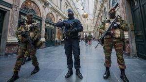 Polis och militär i Galerie de la Reine i centrala Bryssel.