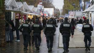 Polispatrull vid en julmarknad på  Champs-Élysées in Paris.