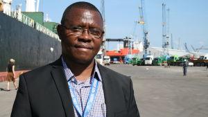Hebel Mhanga är chef för Dar es Salaams hamn.